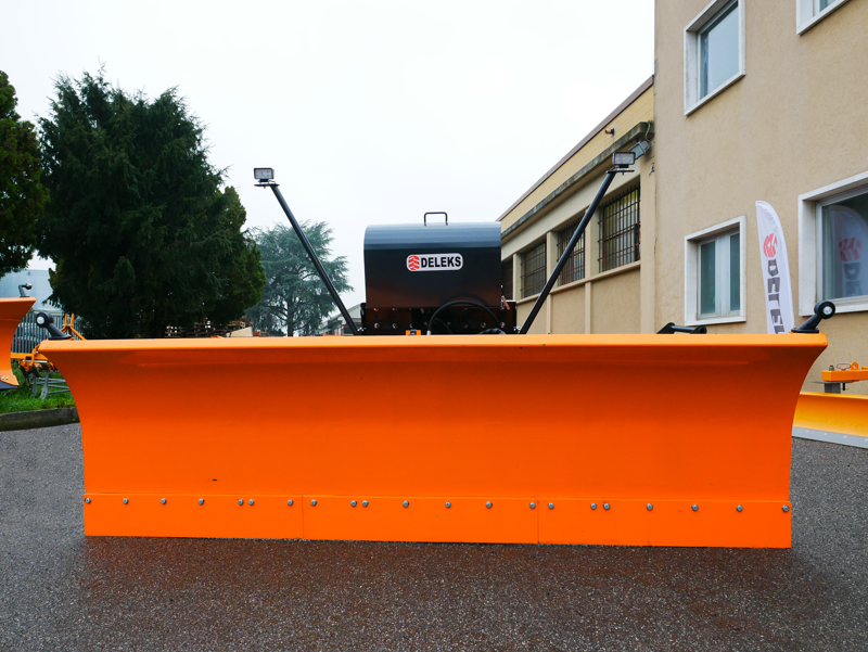 frontal-snow-plogh-with-mounting-plate-for-tractor-ssh-04-2-2-a